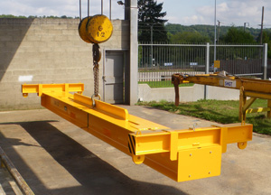 Lifting beam adjustable for ISO containers and other loads