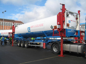 Tank container lifting by 4 electro hydraulic jacks, the lorry is leaving